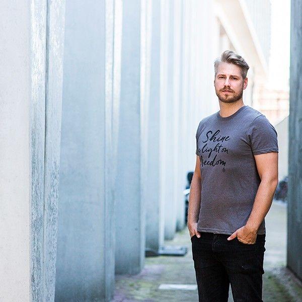 Heren T-shirt Shine a light on Freedom - grijs